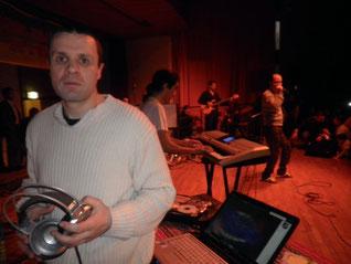 Stéphane et juste derrière mohamed allaoua grand chanteur kabyle pour une soirée téléthon au profit des enfants handicapés