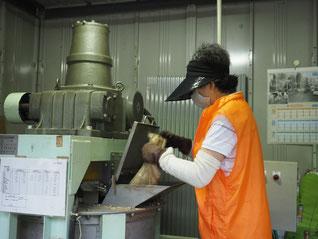 ③これをおが粉とともに発酵処理機に投入します。この発酵処理機は加熱するものではなく、撹拌のみで高温になり、発酵を促進させるという仕組みです。