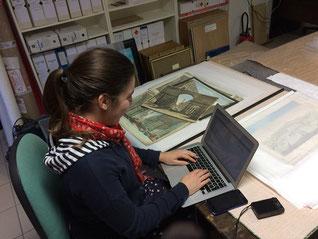 Johanna Daniel répertoriant les vues d'optique au Musée Boucher-de-Perthes / Photo facebook du musée