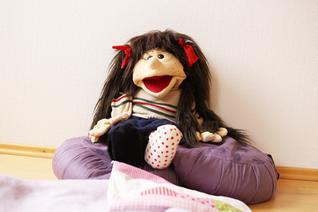 Puppe für Kinderyoga auf Yogakissen, Yoga für Schulen in Hamburg
