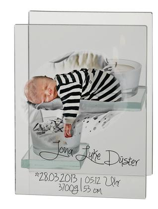 Erinnerungsfoto vom Neugeborenen auf einem Teelichhalter