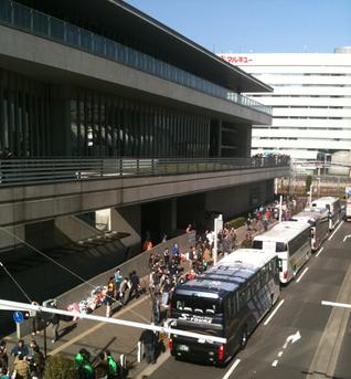 さいたまスーパーアリーナ前に観光バスで避難してくる住民の方々(2011.3)