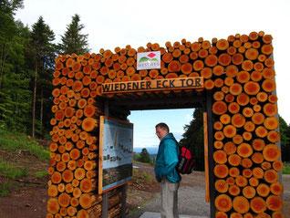"""Das """"Tor am Wiedener Eck"""" beschreibt die Westweg-Strecke."""