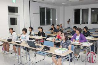 ウェブ会議システム活用した「町営塾」で授業を受ける子どもたち(与那国町提供)