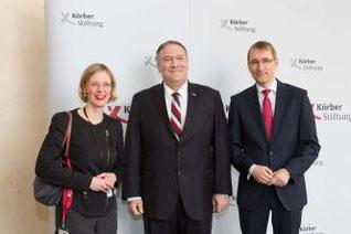 US-Außenminister Michael R. Pompeo (mitte) mit Nora Müller, Leiterin des Bereichs Internationale Politik, und Thomas Paulsen, Vorstand der Körber-Stiftung (Foto: Marc Darchinger)