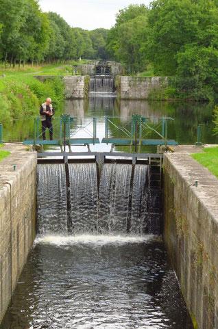 Am Canal de Nantes à Brest. Über etliche Schleusen nacheinander werden Hügel überwunden.