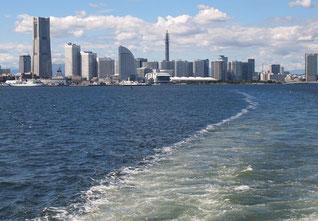 海上から横浜を見る