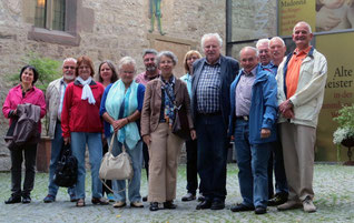 Teilnehmer vor der Johanniterkirche in Hall