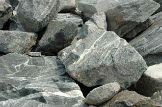 Große Steine und Felsen
