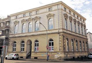 """1899 wurde das Haus gebaut, seit 1929 ist ein Gemeindehaus. """"Es bietet sich für Schulungen und Seminare an"""", heißt es im Exposé. (Foto: Alexandra Roth / WAZ)"""