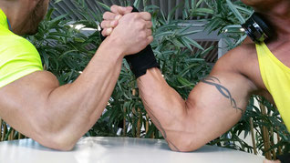 Russian and German aviation negotiators lined up for an arm-wrestling competition  -  pictures: hs