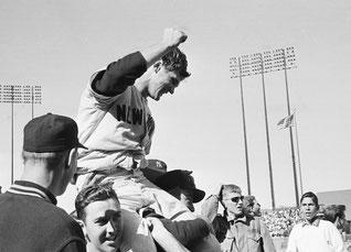 Nella foto il pitcher Ralph Terry è portato in trionfo dopo aver chiuso la partita - World Series 1960 7^ partita (Sport Illustrated)