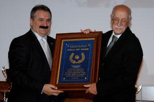Nella foto Carmelo Pettener riceve dal Presidente Fraccari il premio per la sua induzione nella Hall of Fame (foto FIBS)