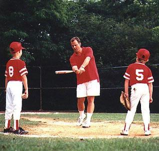 Nella foto JOHN GRISHAM insegna la battuta ad alcuni bambini
