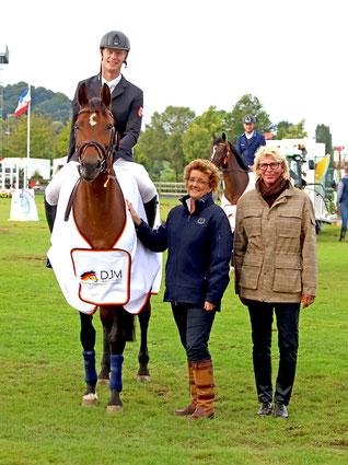 Sven Gero Hünicke auf Sunshine Brown, Helen Rombach-Schwartz (ALRV) und Richterin Ursula Veith. Foto: Alexander Marx
