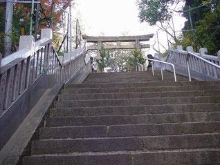 西久保八幡神社の一の鳥居から二の鳥居を望む