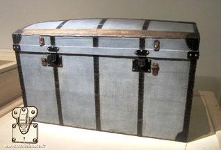malle bombée ancienne Louis Vuitton, vers 1860 Toile Trianon, bois, fer, papier