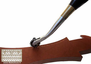 Knurled claw  : It is a tool with a wooden handle equipped with a knurled wheel which prints the locations of the stitches to be sewn on the leather.