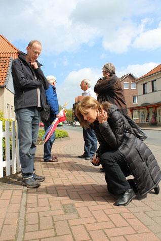 Auf den Spuren der jüdischen Gemeinde in Rehburg stehen das jüdische Ehepaar und Mitglieder des Arbeitskreises an den Stolpersteinen für Emmy und Max Goldschmidt.