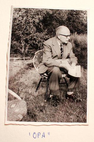 """In Anführungszeichen hat Hilde Winkelmanns Mutter """"Opa"""" unter dieses Foto von Hans Heinze sen. geschrieben."""