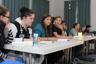 Neun Jugendliche lesen Texte aus Konzentrationslagern.