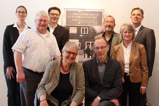 Annekatrein Kleine und Heinrich Lustfeld (vorne sitzend) mit einigen Spendern für das Projekt 'Stolpersteine Rehburg-Loccum'.