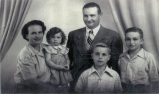 Dieses Foto zeigt Julius und Betty Hammerschlag gemeinsam mit ihren drei Kindern. Es wurde 1952 in Argentinien aufgenommen.