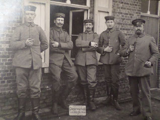 Foto van Grenzwache III van het landsbattalion Neus in Zondereigen, net ten zuiden van het (onbezette) Baarle-Hertog. Grenswachters in Feldgrau en met heel andere intenties dan de Belgische douaniers