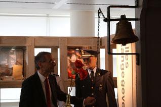 """De heer Vanderwaeren opende """"Boter bij de Vis"""" officieel door het geven van een belsignaal met de historisch klok uit het Antwerpse Entrepot ."""