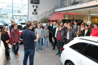 Interessierte junge Leute informierten sich bei Fischer Automobile in Neumarkt. Fotograf: Melanie Achhammer, Fischer Automobile GmbH