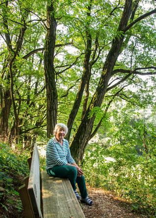 Foto: Gästeführerin Gertraud Aumeier sitzend auf der Neapelbank (Birgit Gehrmann)