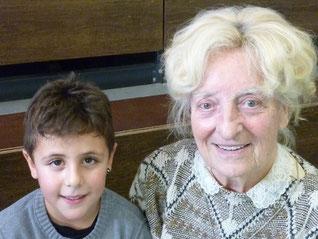 Der Jüngste und die Älteste zusammen. Der Jüngste ist 8 und die Älteste ist 90 Jahre alt.