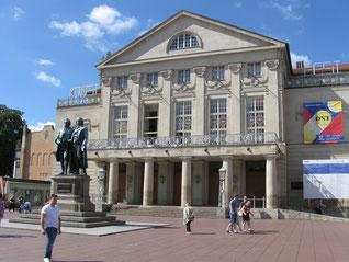 Die Herren Goethe und Schiller auf dem Theaterplatz.