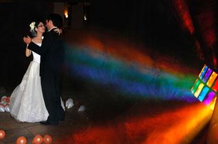 Hochzeitstanz mit DJ-Musik und Lichteffekten