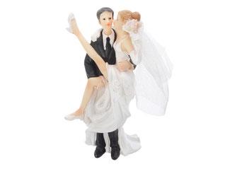 Bräutigan trägt Braut auf dem Arm
