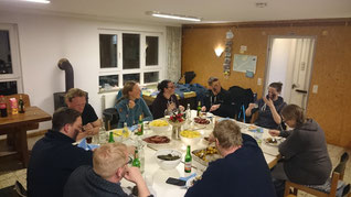 Nach dem Biikefeuer wird gemeinsam auf Volkertswarft Grünkohl gegessen