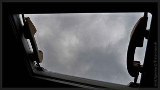 Blick durch unsere Dachluke...Regenwolken!
