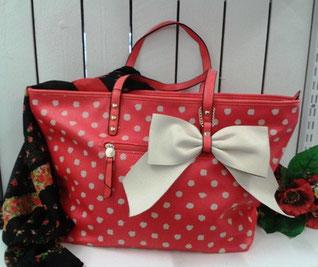 rote Handtasche mit Punkten