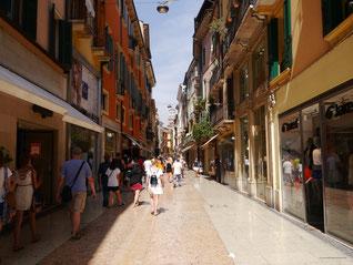Via Mazzini - marmorgepflasterte Fußgängerzone Veronas