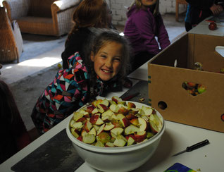 Kinder nehmen am Apfelprogramm teil.