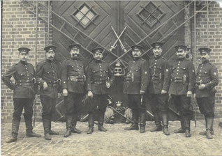 Städtische Feuerwehr 1908. Die Uniformen änderten sich nicht. Städtisches Museum Göttingen