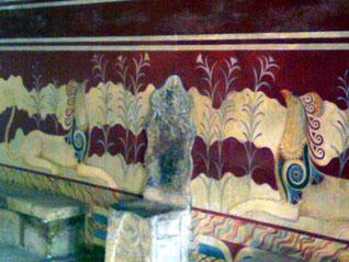 Thron der Hohenpriesterin im Palast von Knossos. Eine Kopie des ersten Throns Europas steht heute im Europaparlament