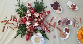 Weihnachtliche Tischdeko mit einem Stern, Gewürzen und Gebäck.