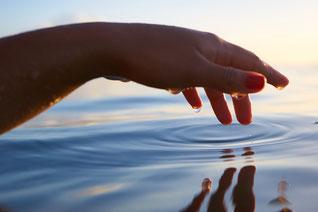 Klopf-Akupressur und Hypnose lösen die Verknüpfung zwischen Problem und Scheinlösung