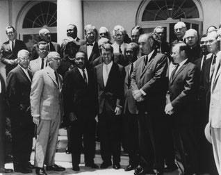 Линдон Джонсон и Роберт Кеннеди с лидерами движения за гражданские права