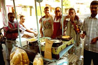 junge Männer scharten sich zur Mittagszeit um den Imbiss-Stand