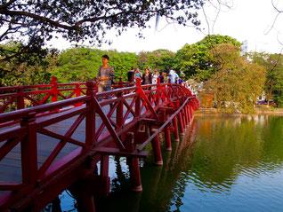 die rote Brücke zum Ngoc Son Schrein