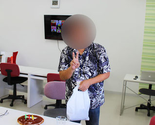 プレゼントを持つ訓練生の画像