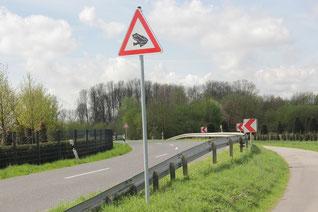 Ein saisonales Hinweisschild informiert die Autofahrer