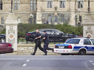 Regierungsviertel in Ottawa: Schwer bewaffnete Polizeibeamte im Einsatz. Foto: Chris Roussakis